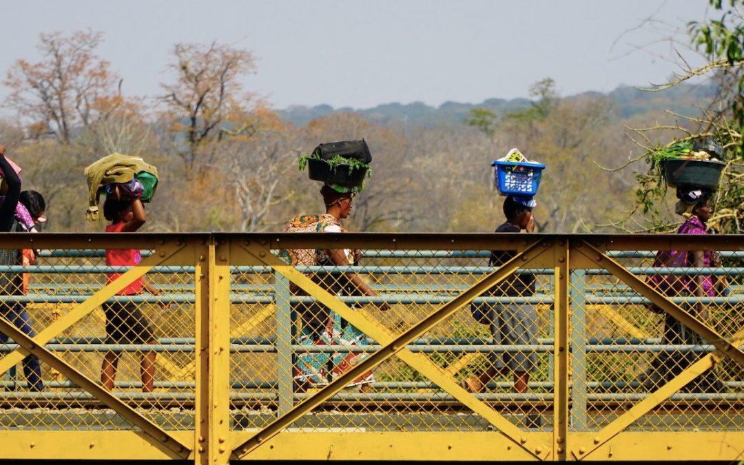 التجار غير الرسميين.. مصدر حيوي لأفريقيا ينشد الإنقاذ