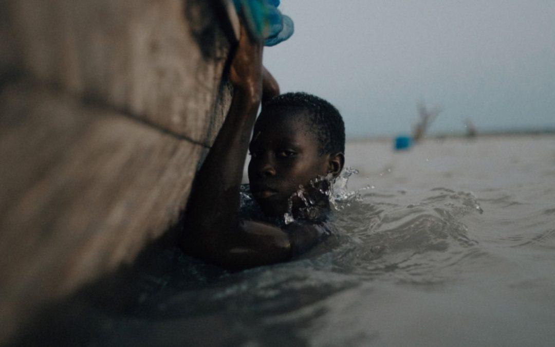 في بحيرة «فولتا».. أطفال غانا يبحثون عن الجنة المفقودة