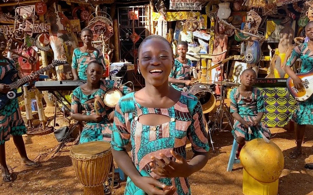 «عندما نعزف يرقص الجميع».. فراشات فرقة النجوم في بنين