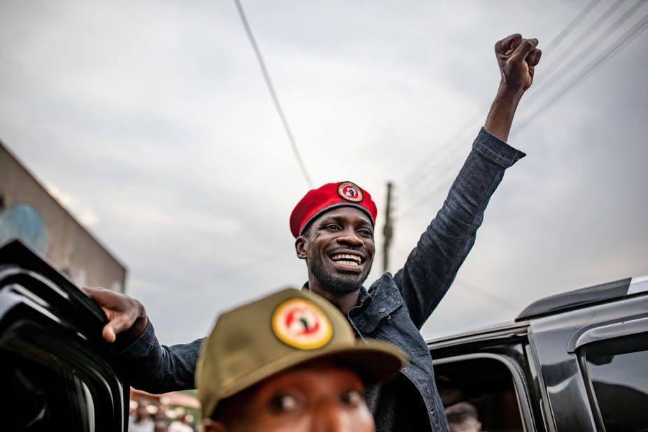 مغني الراب «بوبي واين» .. الشاب الأيقوني الذي منح أوغندا الأمل في الديموقراطية