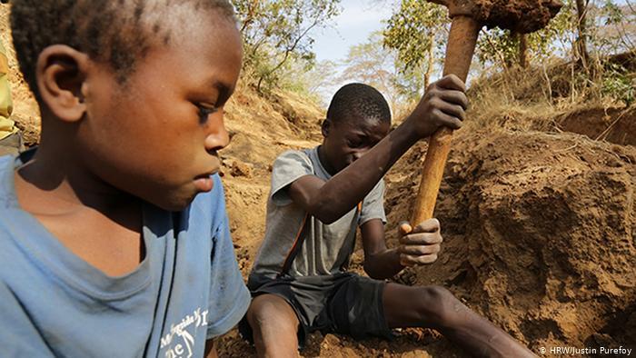 شاهيناز العقباوي تكتب| أطفال أفريقيا وأسوأ أشكال العمالة